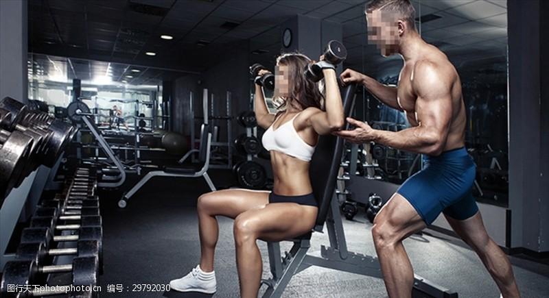 阳光美女教练指导健身