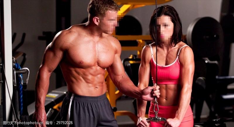 阳光美女教练指导健身美女