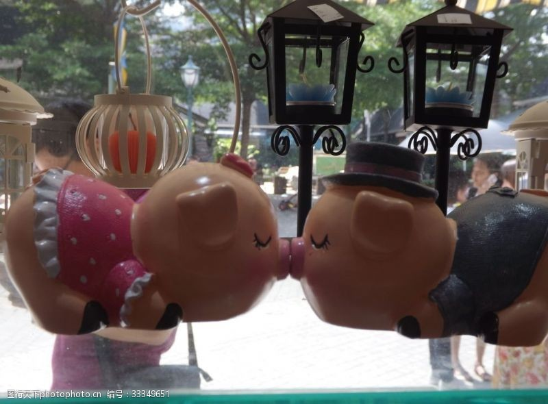 小镇一角可爱的陶瓷猪宝贝