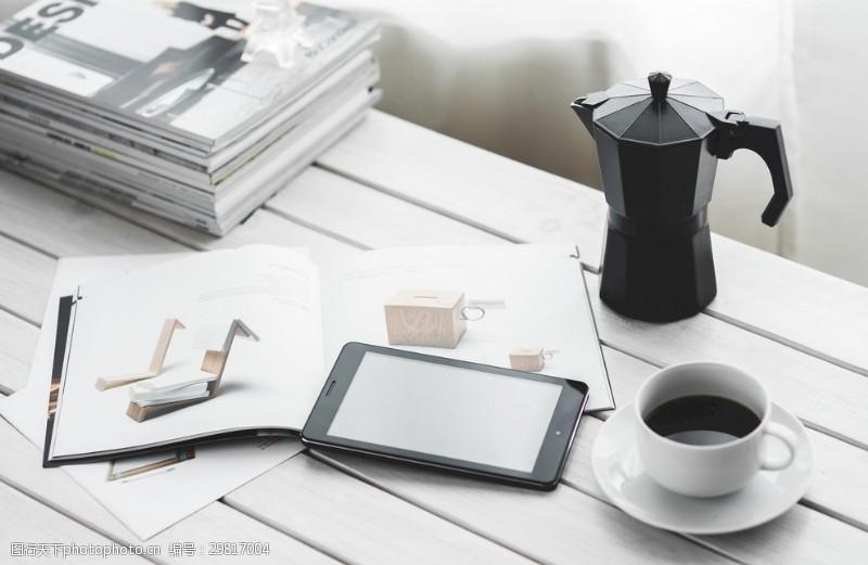 工作空间咖啡办公平板电脑杂志