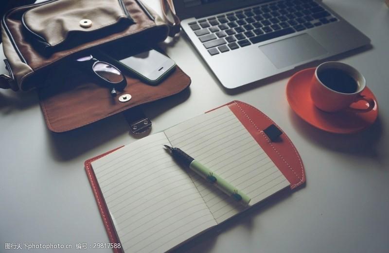 工作空间笔记本眼睛咖啡电脑